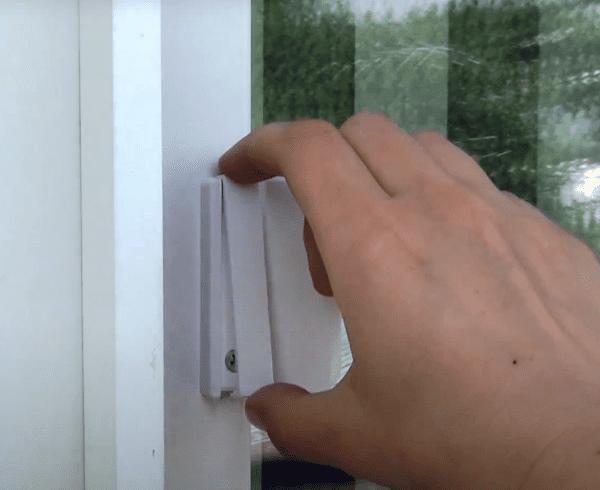 ручка установленная на балконной двери